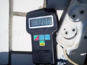 Весы показывают сколько фреона заправлено