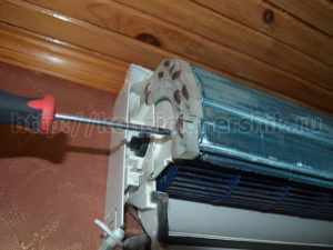 Выкручиваем винты радиатора