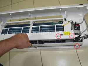 Отцепляем защелки корпуса внутреннего блока