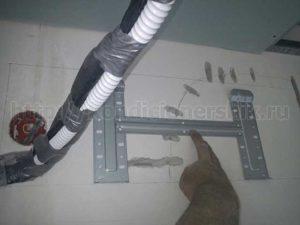 Видно где проходят провода под кондиционером