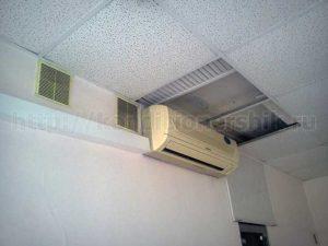 Кондиционер установлен близко к потолку