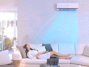Человек спит под кондиционером