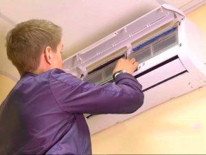 Пользователь промывает фильтры сплит-системы