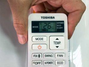 На пульте кондиционера комфортная температура