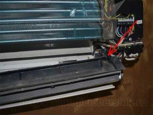 Отверстие в лотке для отвода конденсата