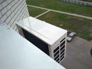 Внешний блок расположен под окном