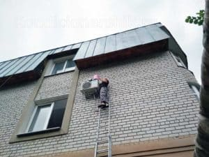 Монтаж кондиционера с лестницы