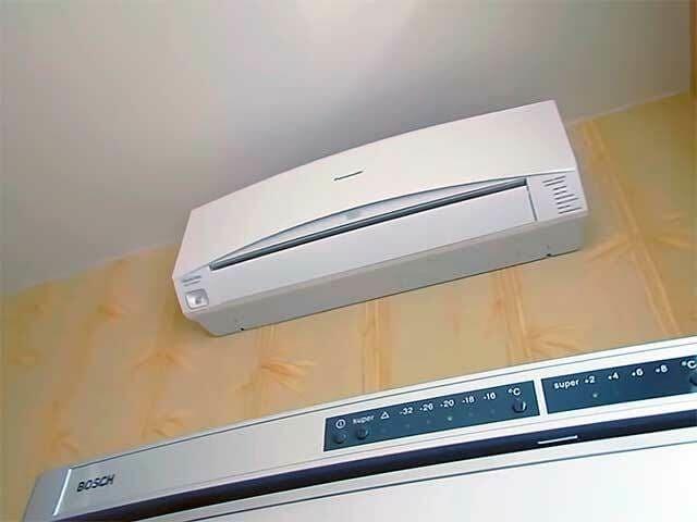 Расположение внутреннего блока над холодильником